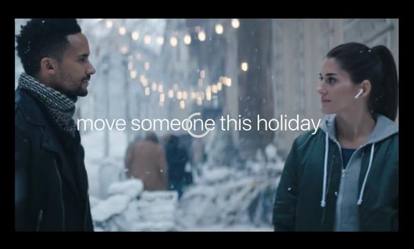 Apple、AirPodとiPhone Xをフューチャーした新しいホリデー広告「Sway」を公開