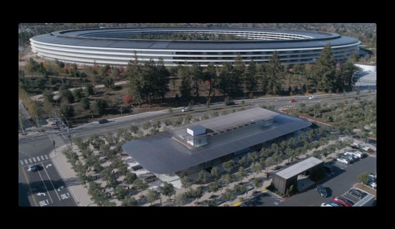 Apple Parkの最新のドローン映像、造園はほぼ完了し中庭には人工池も完成