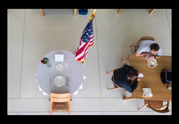 Tim CookのツイートのApple Park内での写真で手の中にある、ノッチやホームボタンのない白いiPhoneは?