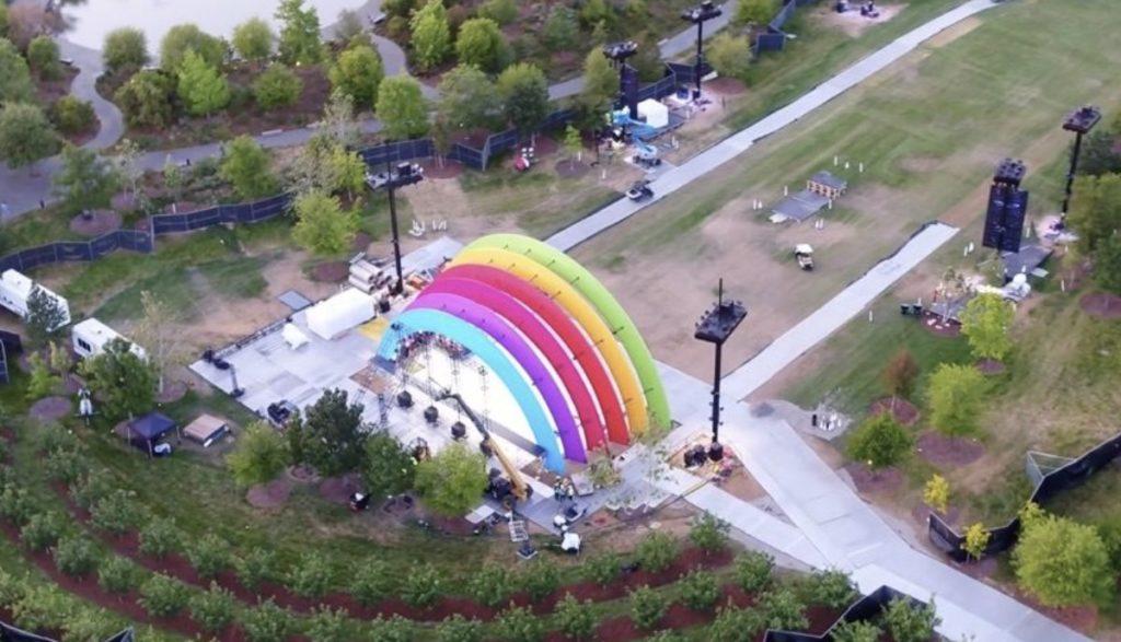 正式なオープニングのお祝いにレインボーカラーで飾られたApple Park、Lady Gagaが特別公演