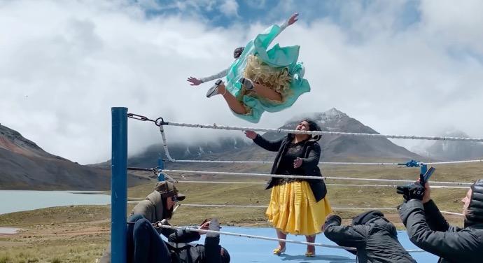 Apple、新しい「Shot on iPhone」でボリビアの女性レスリング「Las Cholitas Voladoras」とメイキングビデオを公開