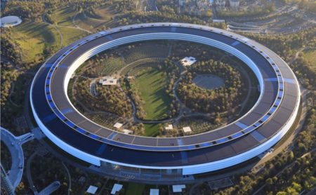 Apple Parkは日本の免震構造に影響を受け、実際は地面に固定されてなく、まるで浮いているよう