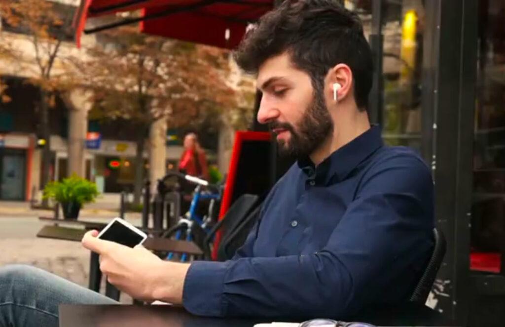 イヤフォンやヘッドフォンを使用しているときにSiriでiPhoneの電話の呼び出しに応答する方法