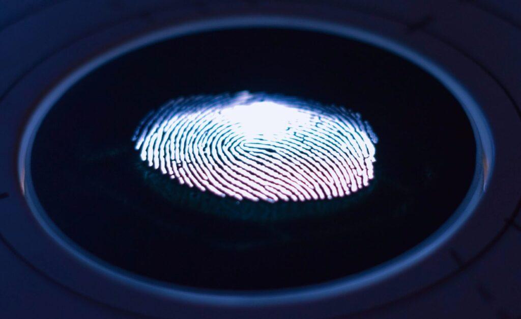 Apple、iPhoneやMacBookに内蔵された生体認証用アンダーディスプレイカメラの特許を取得